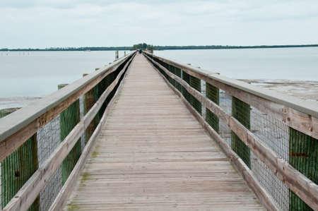 歩行者と人によって作られる木製の桟橋 写真素材