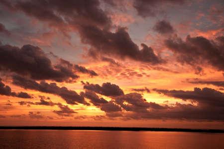 海と陸の日の出。  土地のストリップを分ける海