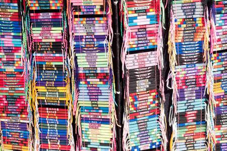 何百もの市場で販売のための編まれた名 bracelts 写真素材