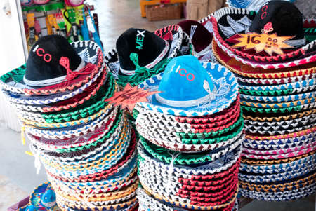 屋外市場で販売のためのメキシコの帽子