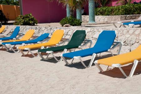 メキシコ観光客を待っている空ビーチチェア