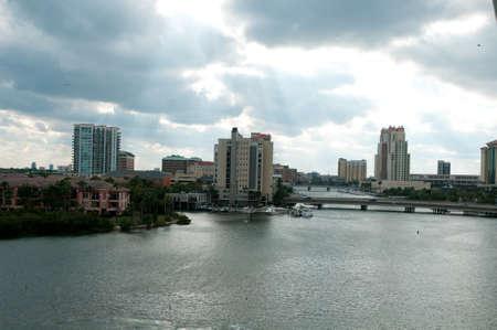 ヒルズバラ川、フロリダ州タンパに嵐の雲