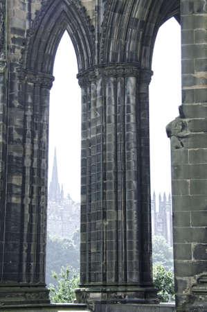 スコットランドのエディンバラでスコット記念塔のアーチ