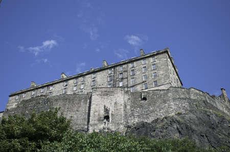 エディンバラ城は城の背面と木の上の城の岩ベースこの写真を示しています、死火山に建てられました。 報道画像