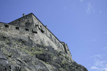 エジンバラ城は死火山に建てられた、この写真基本城の城と岩の背面を示しています。 報道画像