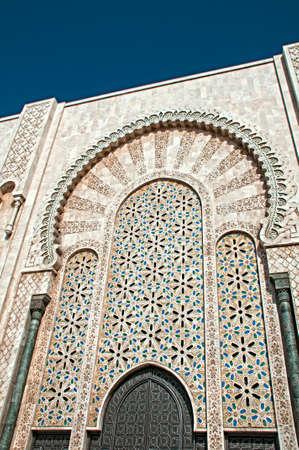 カサブランカ、入り口ドアの上の装飾的なデザインを表示でエルのハッサム 2 世モスク 写真素材