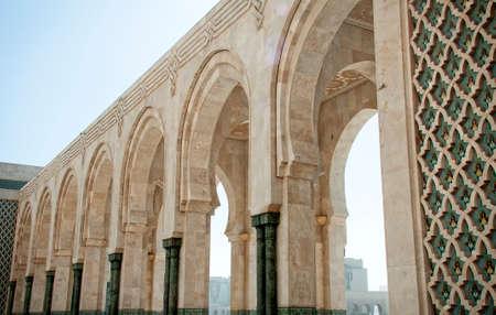 カサブランカ、モロッコ、エルのハッサム 2 世モスクのアーチのある中庭