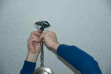 家の天井に照明器具を取り付ける
