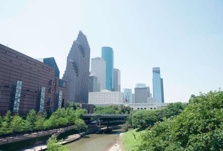 運河とバック グラウンドで近代的な建物で、テキサス州ヒューストンの通路 報道画像