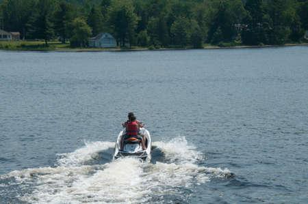 大人と子供海斗に乗って湖の上 写真素材
