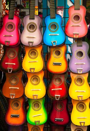 販売のための明るいカラフルなギターの行 写真素材