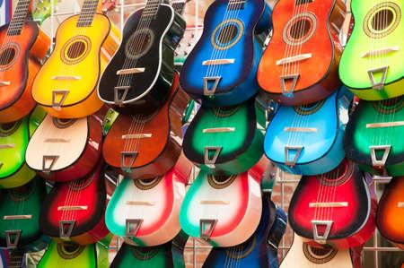 色鮮やかなギターの販売のための配置の行 写真素材