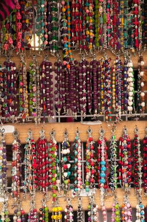 屋外の市場販売のビーズのネックレス、キャンバスの背景と本格的な光の領域