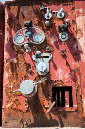 De oude geroeste brandweerwagen bedieningspaneel met instructies over hefbomen