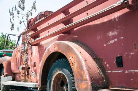 さびた古い火が復元し表示するため生命に戻さのためにトラックします。 写真素材