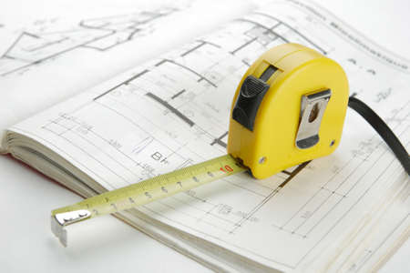 Archichecture concept with yellow measuring tape on a construction plan Banque d'images