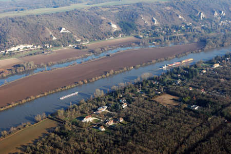 Aerial photography of barges and transport boats sailing on the Seine river, in commune of Haute-Isle en Vexin, Val-d'Oise department (95780), Ile-de-France, France - January 03, 2010 Banque d'images