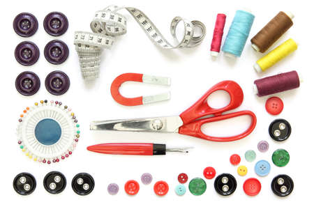 Set of sewing accessories: spools of thread, needle, a pair of button scissors and a tape measure Banque d'images
