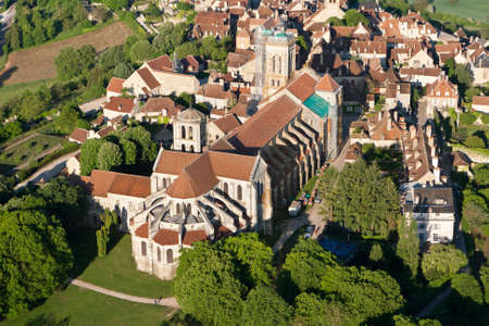Vézelay Basilica seen from the sky, Yonne department in the Bourgogne-Franche-Comté region, France Éditoriale