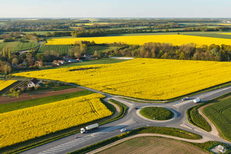 Aerial photograph roundabout and rapeseed in spring in Prunay-en-Yvelines, in the south of Yvelines department, in ÃŽle-de-France region, France. Banque d'images
