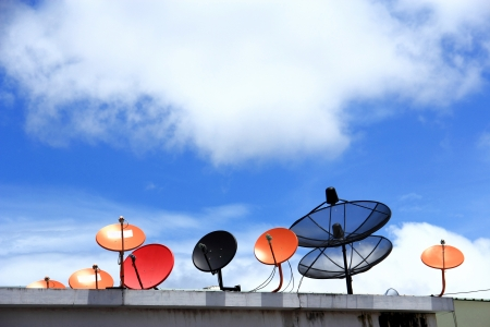 青い空に衛星放送受信アンテナ