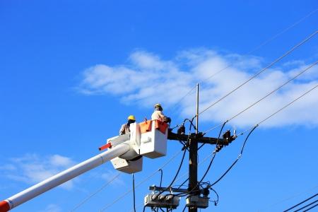油圧式プラットフォームに電力供給システムの電気技師の修理 写真素材