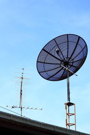 antena parabolica: Antena parab�lica en techo