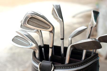 袋に金属のゴルフクラブ