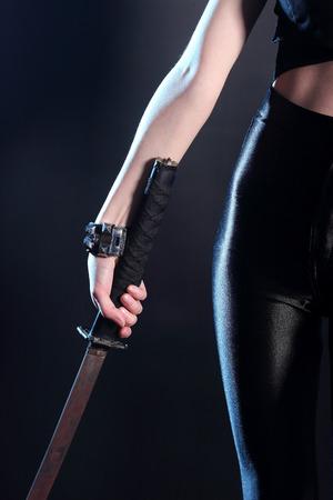 セクシーな女の子の手の剣