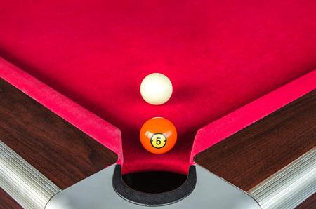 numero diez: bola de billar número cinco o piscina de la bola de cinco números cerca del orificio de la esquina con la bola blanca detrás Foto de archivo