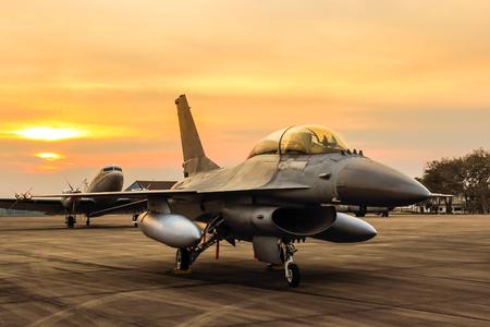 夕日を背景にジェット f16 ファイティングファルコン戦闘機 写真素材