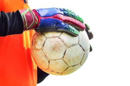 portero de futbol: portero de f�tbol que sostiene vieja pelota de f�tbol en la mano con guantes Foto de archivo