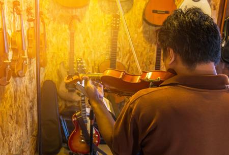 violinista: Violinista tocando el violín en la sala de música Foto de archivo
