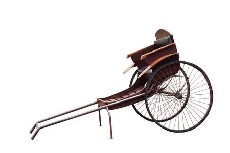 Silhoutte de la época antigua mano chino sacó rickshaw aislado sobre fondo blanco. Foto de archivo