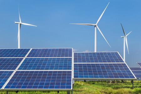 Photovoltaik-Solarmodule und Windturbinen zur Stromerzeugung im Solarkraftwerk erneuerbare Energie aus natürlichen Quellen