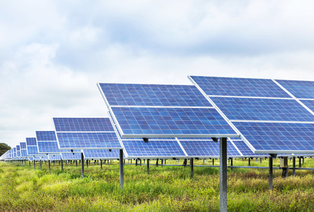 Le celle solari in energia alternativa energia rinnovabile dal sole Archivio Fotografico - 84183330