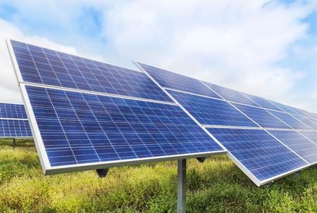 Solarzellen im Kraftwerk alternative erneuerbare Energie aus der Sonne Standard-Bild - 84217403