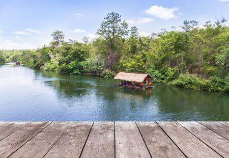Vide vieux balcon terrasse en bois terrasse avec cabane de radeau de bambou flottant dans le fond de la rivière