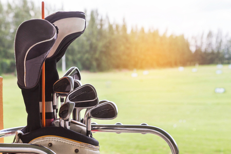 Close up metal golf clubs in bag at golf course driving range 免版税图像 - 84671818