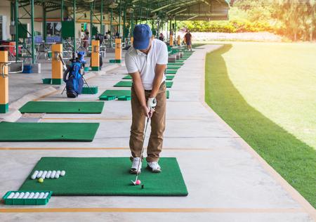 골프 코스 야드에서 연습 연습 범위 동안 골퍼