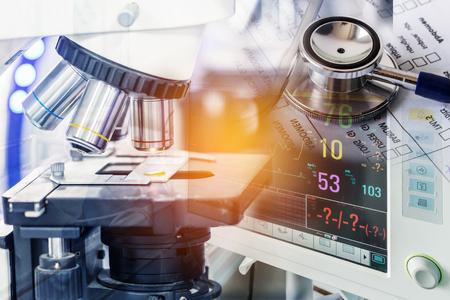 二重露光を病室病棟での血圧を測定するためのデジタル デバイスと血チャート処方紙に聴診器でクローズ アップ研究実験顕微鏡装置