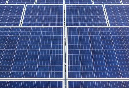 Close up array di file di celle solari in silicio policristallino o celle fotovoltaiche in una centrale solare Archivio Fotografico