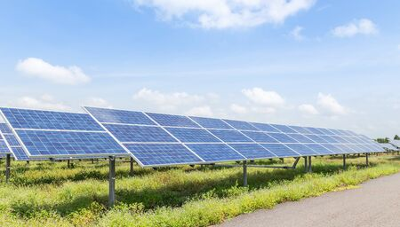 polycrystalline silicon solar cells or photovoltaic cells in solar power plant station turn up skyward absorb the sunlight from the sun alternative renewable energy from the sun on blue sky 免版税图像