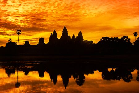 Silhouette angkor wat ancient temple reflection on the water in sunrise time at  Siem reap , Cambodia 免版税图像