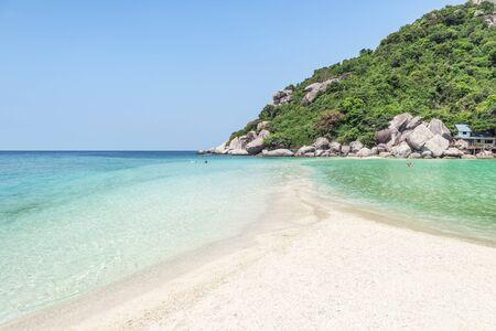 Landscape view Sandbank or sandbar separated sea  from low tide to high tide at Koh Nang Yuan Island Surat Thani, Thailand with blue sky 免版税图像