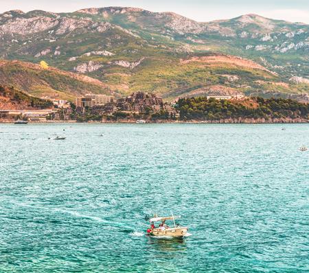 Fragment du golfe de la mer Adriatique à Budva, Monténégro. Les plages les plus populaires sont situées sur la Riviera de Budva.