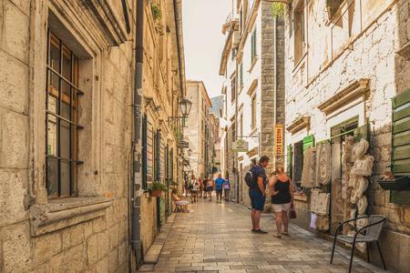 Kotor, Montenegro - August 24, 2017: A street of the Old Town of Kotor. The old part of Kotor is a UNESCO World Heritage Site. 版權商用圖片 - 95704839