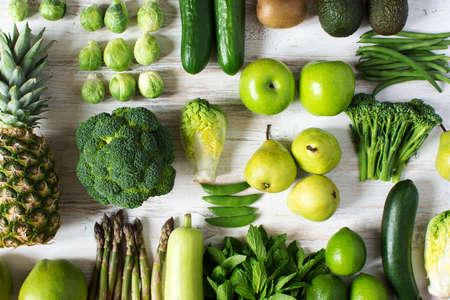 Vista dall'alto di frutta e verdura verde Archivio Fotografico - 84390440