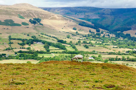 Peak District National Park, Derbyshire, England. view of the hills in Mam Tor with the views of the fields, selective focus Banco de Imagens - 107266835