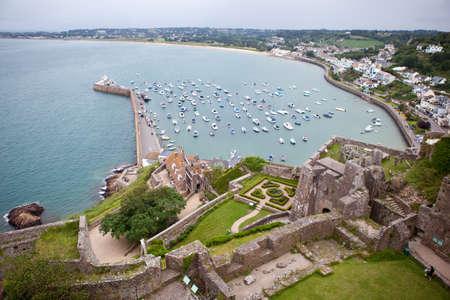 Vista del puerto de Gorey, el castillo de Mont Orgueil, Islas del Canal de Jersey